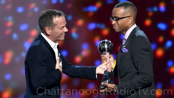 Kiefer Sutherland presents award to Stuart Scott